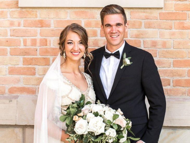 mujer con vestido de novia y novio