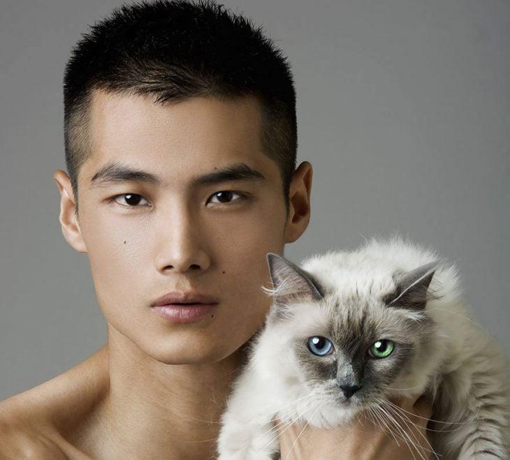 Fotografía de modelo con una gato con ojos de diferentes colores.