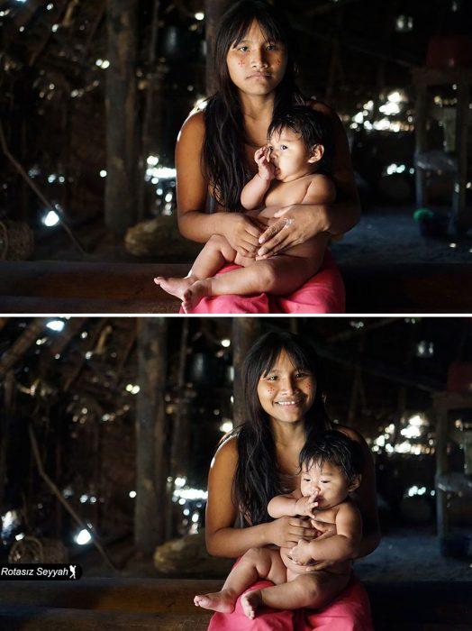 Niña con un bebé, sonriendo.