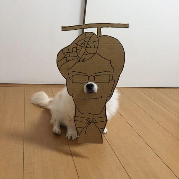 Perro chihuahua con una mascara de cartón en forma de personaje de película de anime