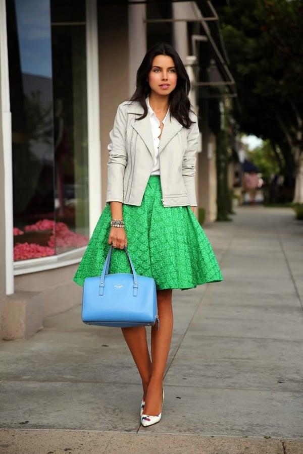 aad6715322 Chica usando una falda color verde y una chaqueta de piel en color blanco