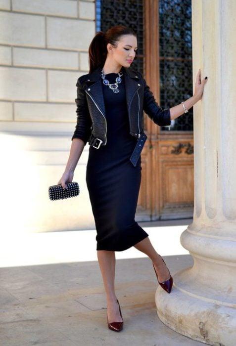 Chica usando una falda de lápiz con una chaqueta de piel
