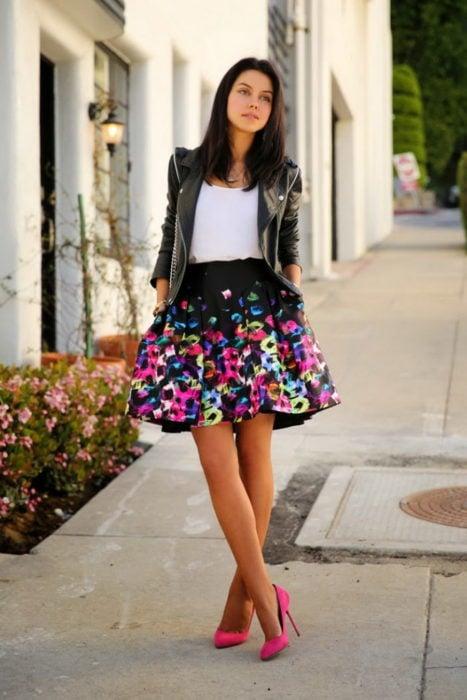 Chica usando una falda con estampados florales y chaqueta de cuero