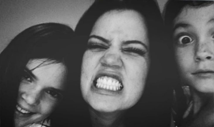 mujer enojada enseña dientes y niñas