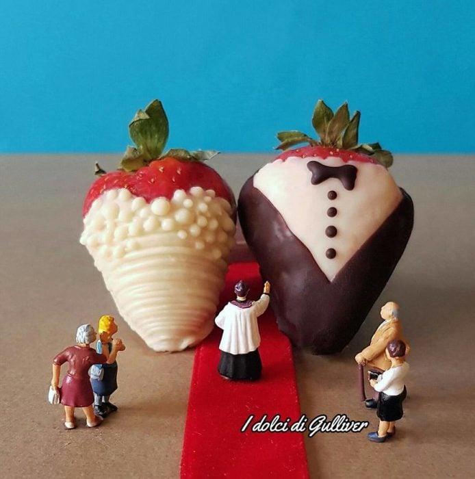 fresas cubiertas de chocolate con figuras miniatura