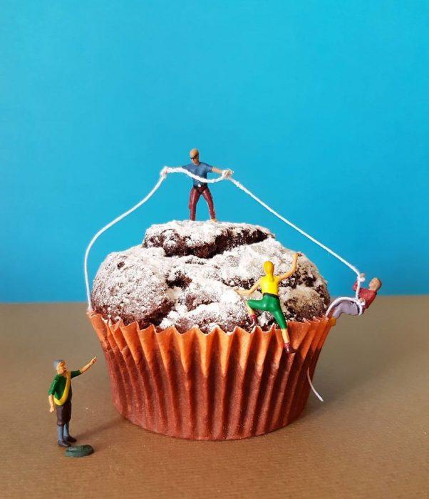 panque de chocolate con figuras miniatura