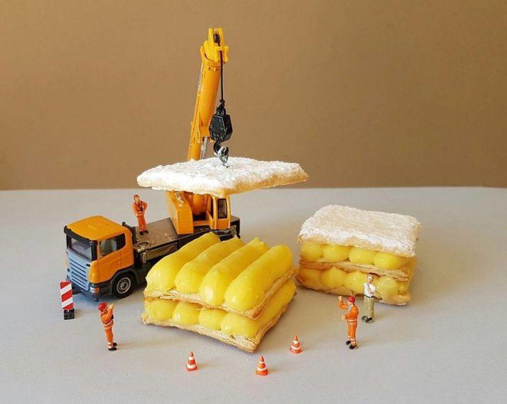 tractor cargando galletas y postres