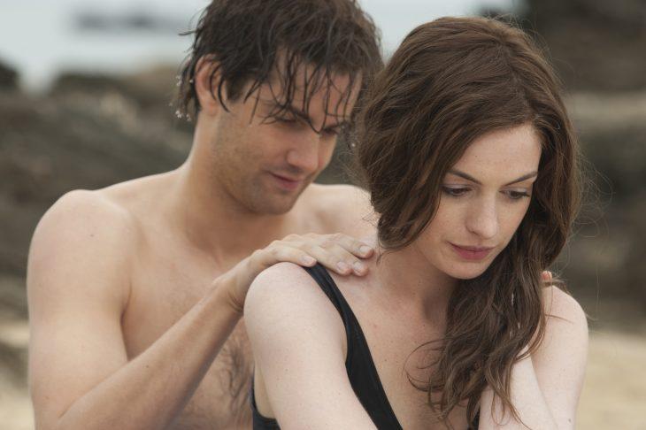 Actor dándole un masaje a ella.