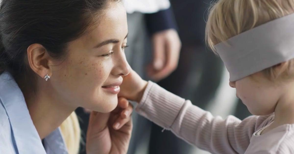 ¿Puede un niño reconocer a su madre con los ojos vendados?
