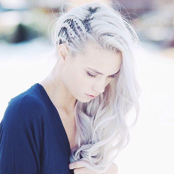Joven con cabello color blanco.