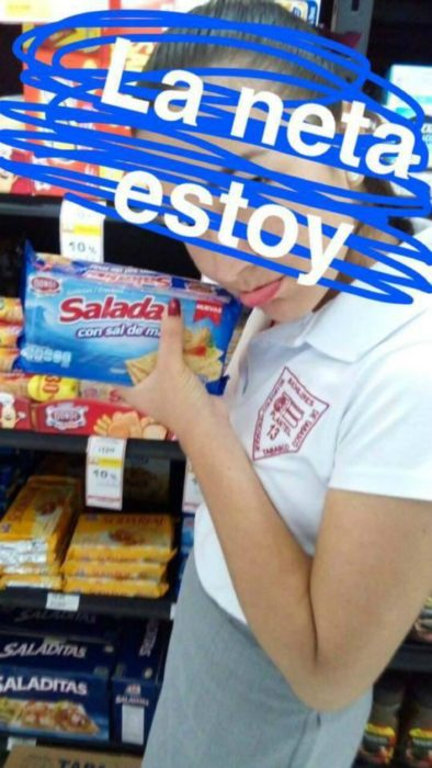 mujer triste con una bolsa de galletas saladas