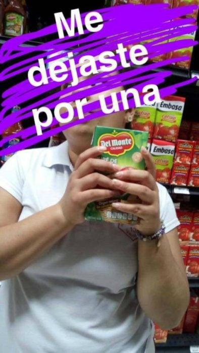 mujer con carton de jugo de tomate