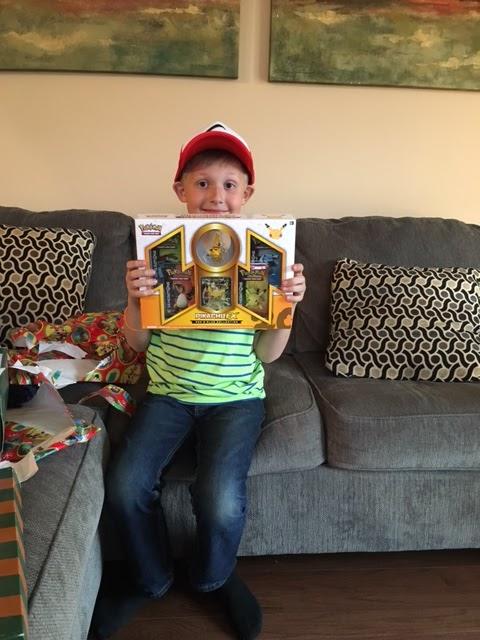 El niño con su regalo de cumpleaños.