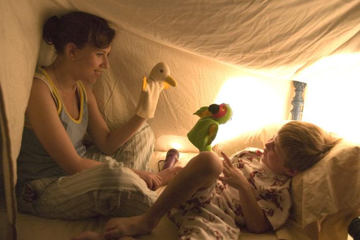 mujer con titeres y niño