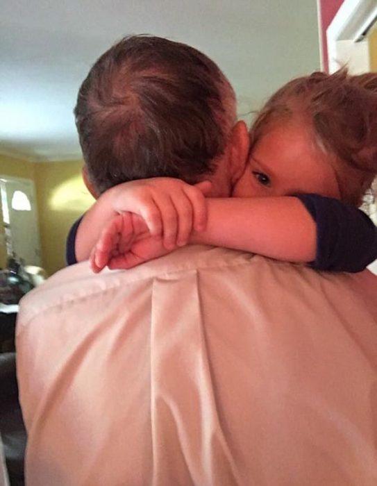 Norah y el señor Dan abrazados.