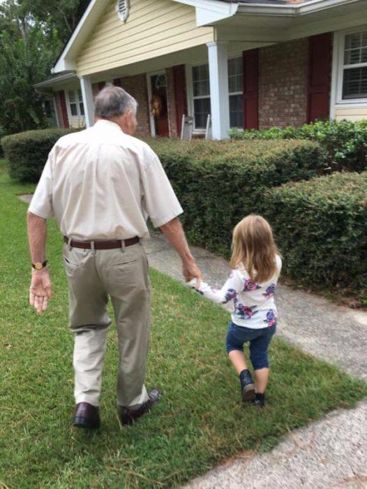 Norah y el Sr. Dan tomados de la mano.