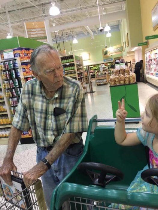 Fotografía de Norah y el Sr. Dan conversando en el supermercado.