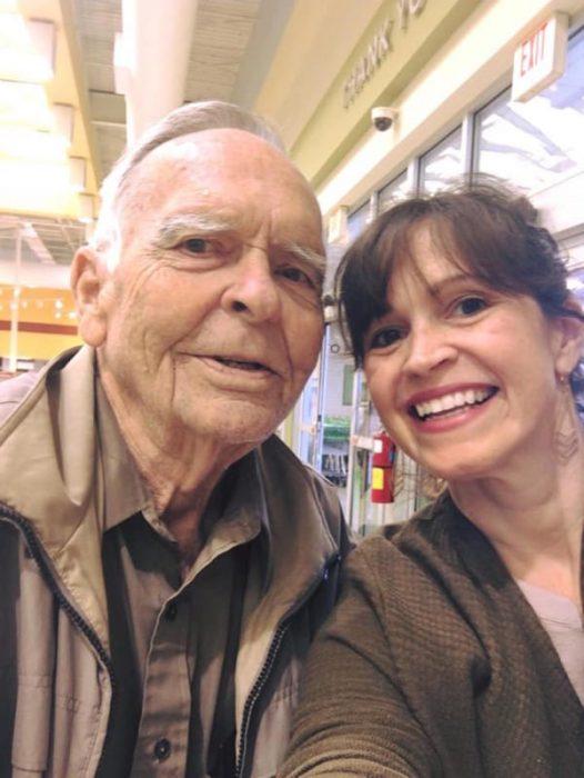 Sr. Dan y la mamá de Norah tomándose una fotografía.