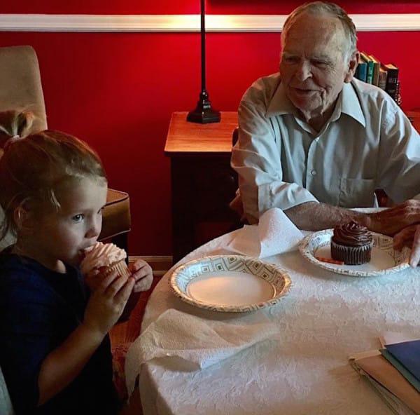 Norah y el señor Dan comiendo.