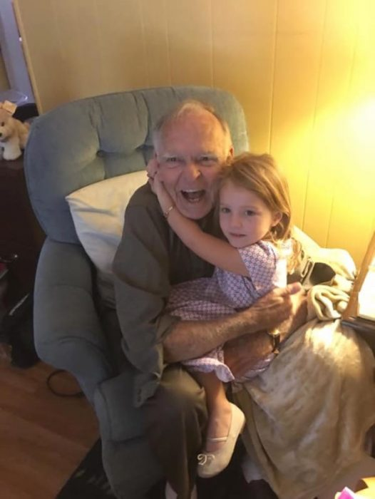 Fotografía de la niña y el señor abrazados.