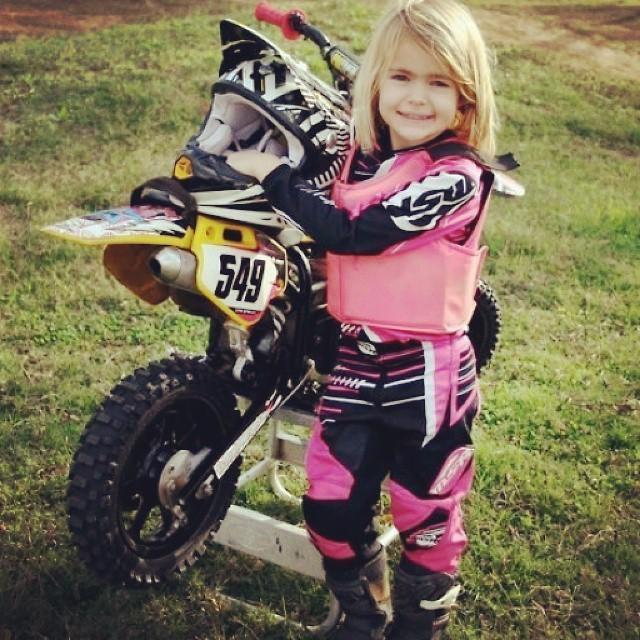 niña motociclista