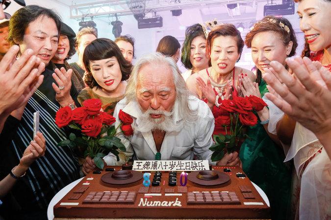Deshun durante su pastel de cumpleaños número 80.