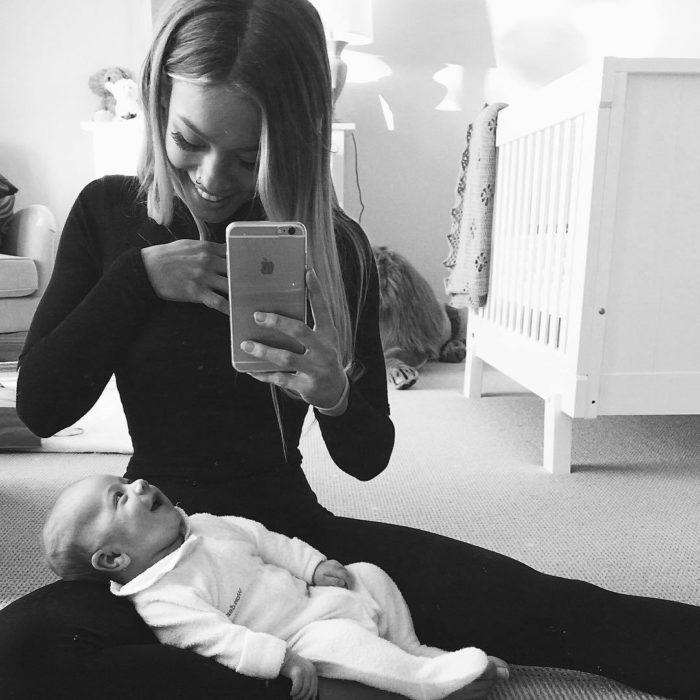 mujer cargando a bebe
