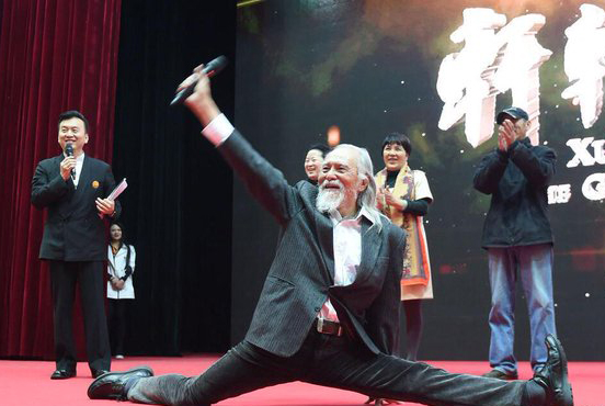 Wang abierto de piernas.