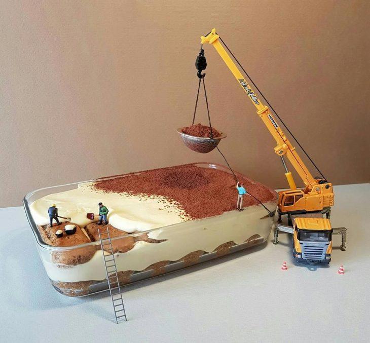 pastel en recipiente de vidrio y figuras miniatura de construcción