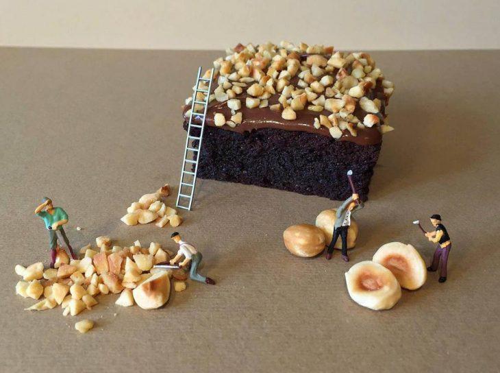 pastel de chocolate con avellanas y figuras miniatura