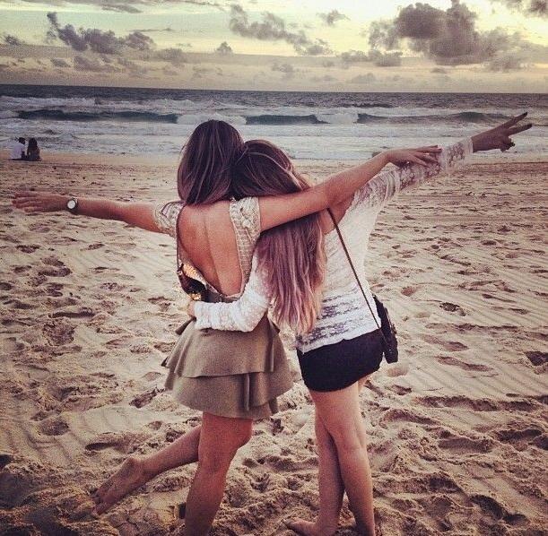 chicas abrazadas en la playa