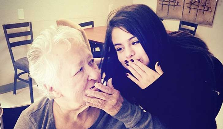chica manda beso junto a su abuekla