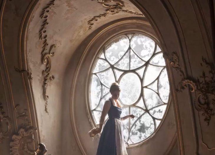 Emma en su personaje de Bella limpiando la casa.