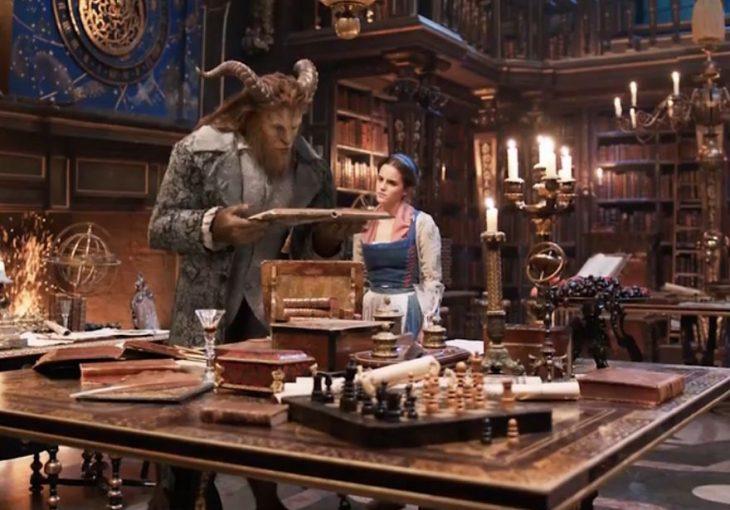 Bella en la librería acompañada de la Bestia.