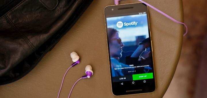 smart phone con spotify y auriculares