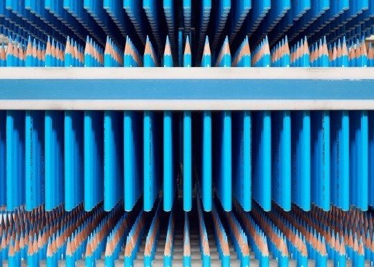 Lápices azules organizados.