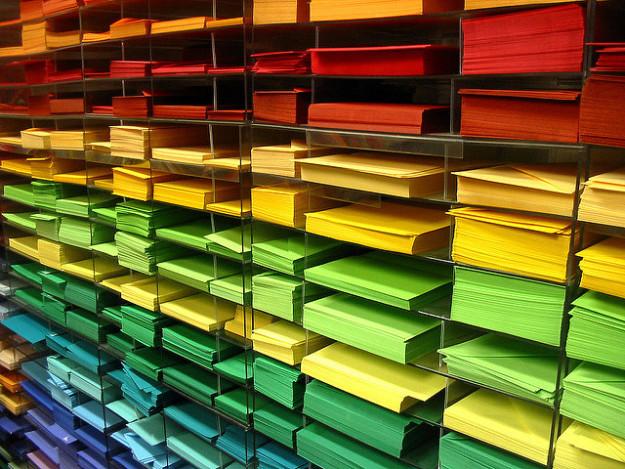 Papeles de colores.
