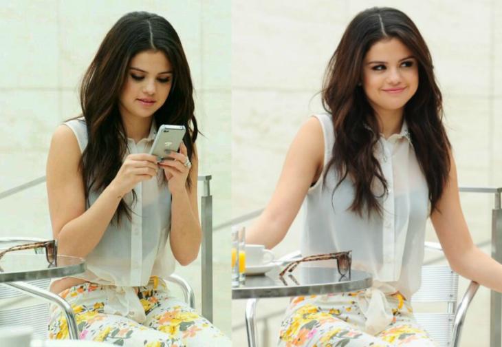 chica con celular sonriendo
