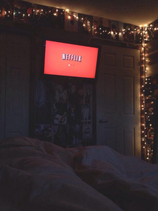 pantalla con Netflix en cuarto oscuro