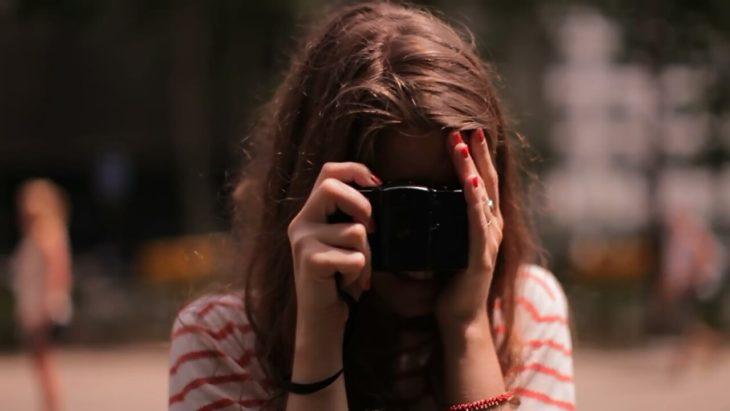 chica con camara fotografica