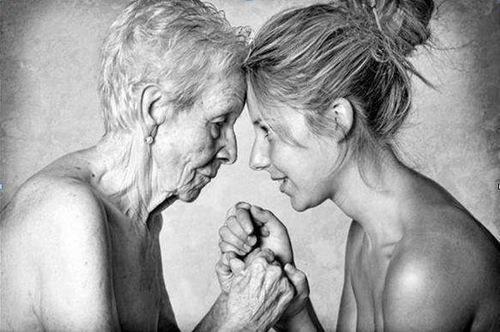 Fotografía de mamá e hija tomadas de la mano.