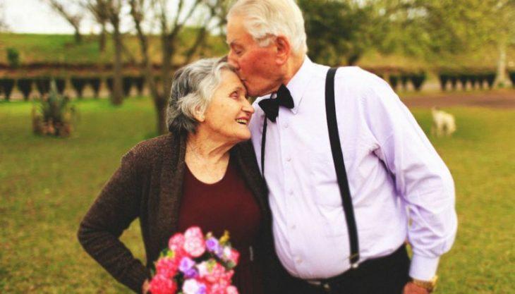 abuelos besandose en la frente