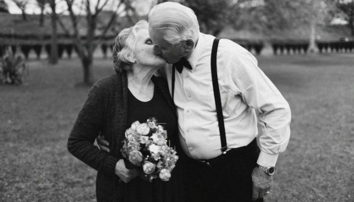 abuelos demostrandose su amor al estilo up