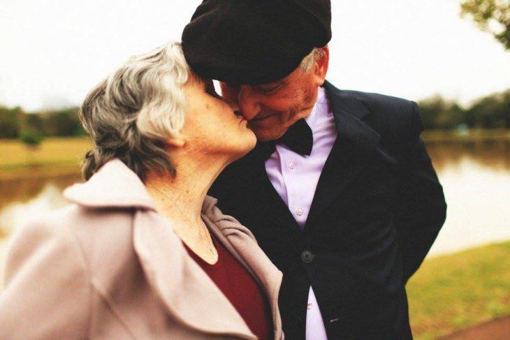 un beso de amor entre abuelos
