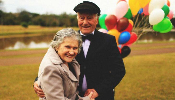 abuelos amandose al estilo up