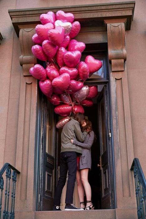 hombre con globos de corazones