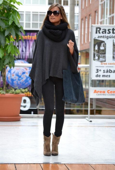 mujer con poncho gris y bufanda negra