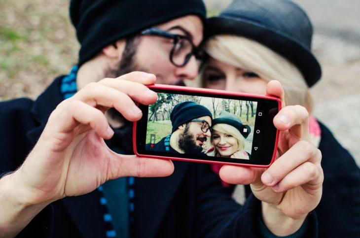 pareja tomandose una selfie