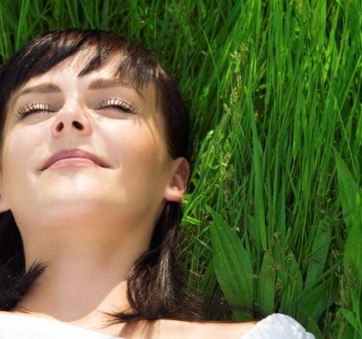 chica relajada en el pasto