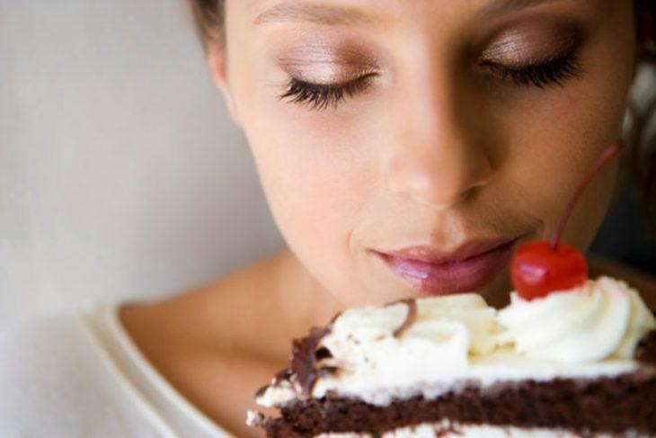 chica disfrutando de una rebanada de pastel
